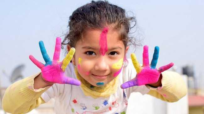 bambina gioco mani colori