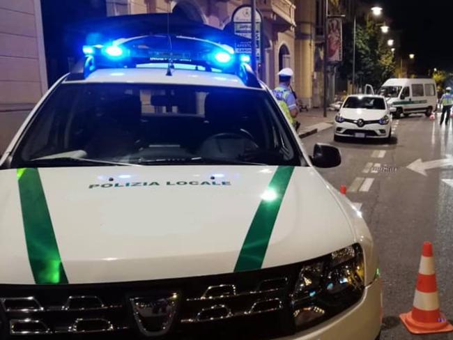 polizia locale notte luci auto